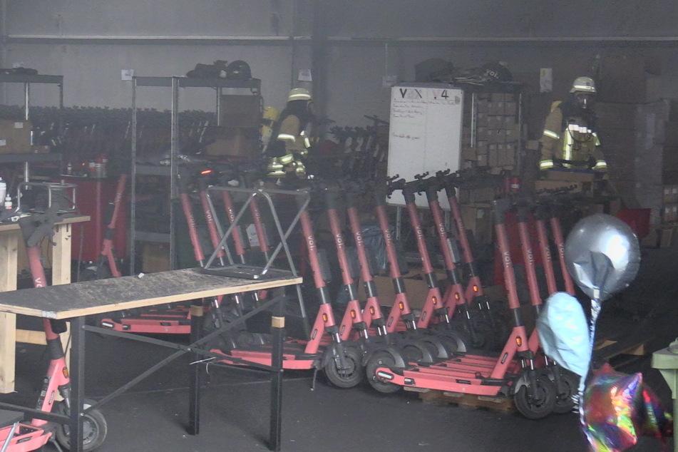 Neben den Akkus wurden auch E-Scooter, die ebenfalls in der Halle abgestellt waren, leicht beschädigt worden.