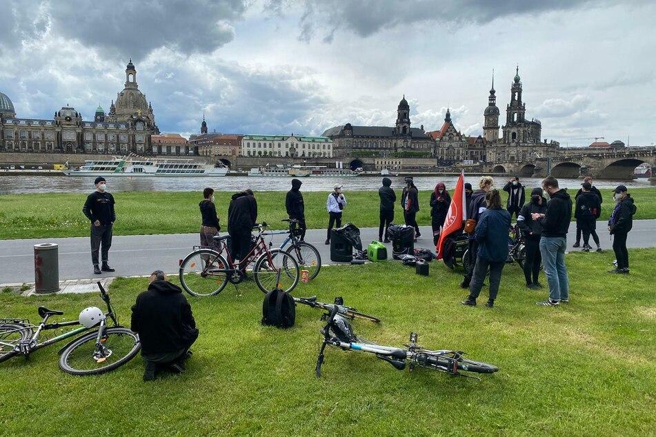 Am Königsufer versammelte sich eine kleine Gegendemo.