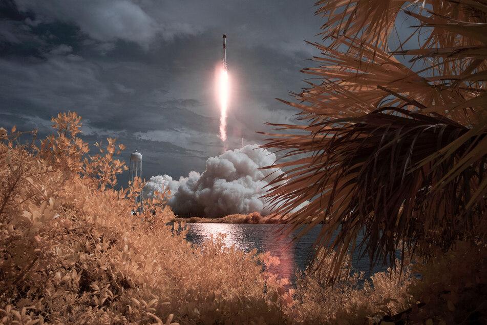 """Eine SpaceX-""""Falcon 9""""-Rakete startet mit den NASA-Astronauten Hurley und Behnken in der Besatzungskapsel der Dragon im Kennedy Space Center."""