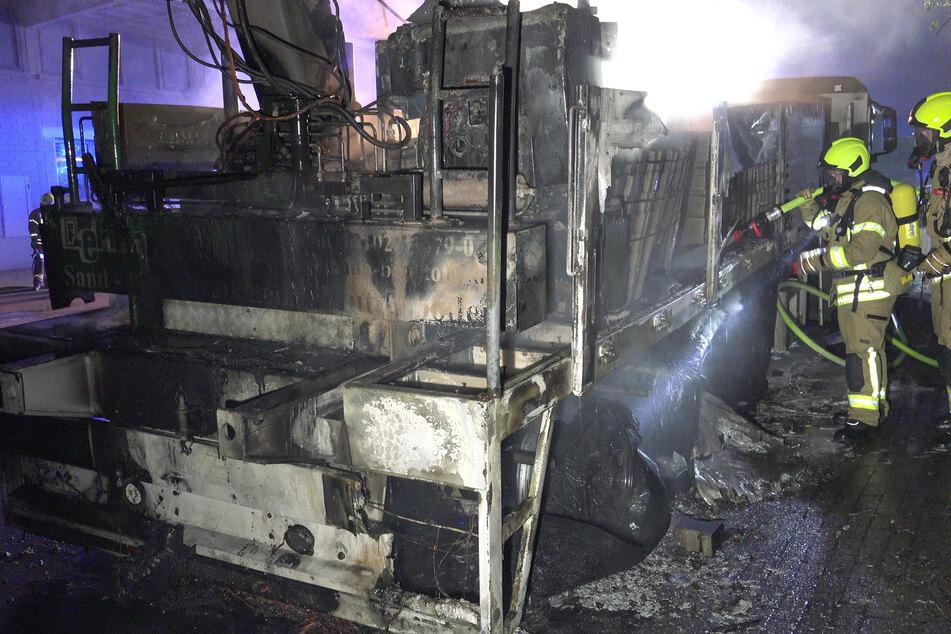Der Anhänger eines Lkw ist in der Nacht auf Samstag in Ratingen ausgebrannt.
