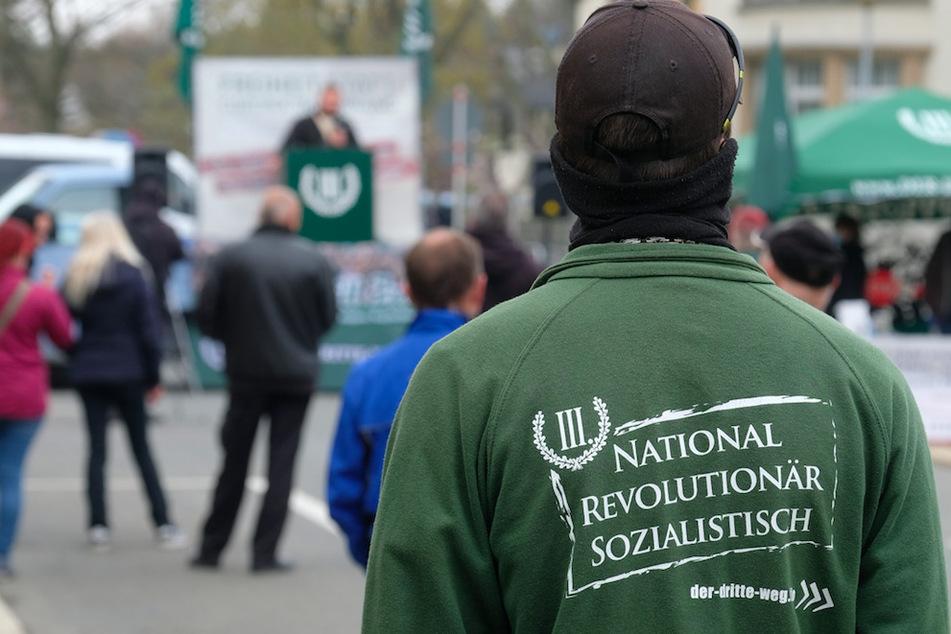 """Ein Anhänger der rechtsextremen Splitterpartei """"III. Weg"""" auf einer Kundgebung. Die Wahlslogans der Gruppe ziehen in München nun Konsequenzen nach sich."""