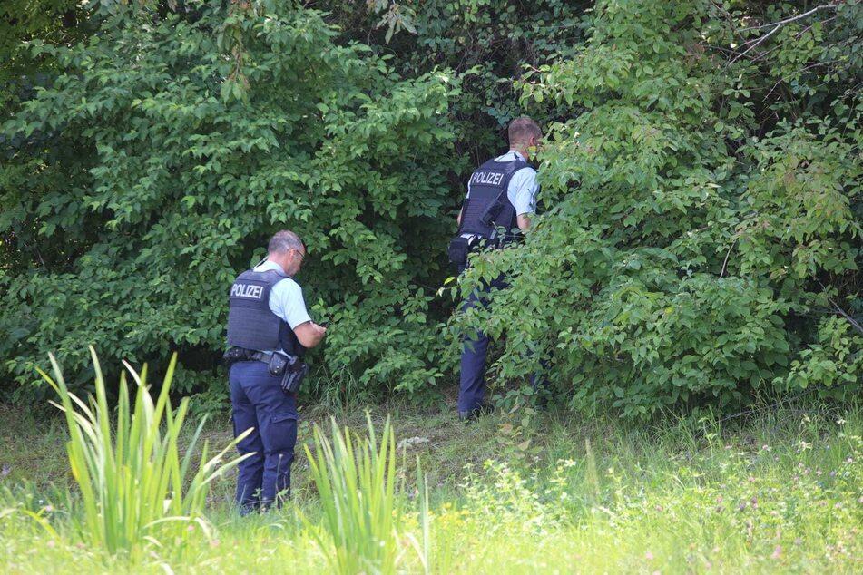 Die Polizei durchsuchte das an die JVA angrenzende Waldstück, in das der Häftling geflüchtet war.