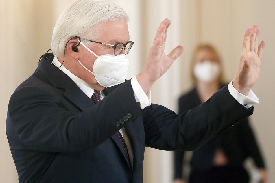 Mit Mund- und Nasenschutzmaske winkt Bundespräsident Frank-Walter Steinmeier (65) im Schloss Bellevue Videokonferenz-Teilnehmern zu.