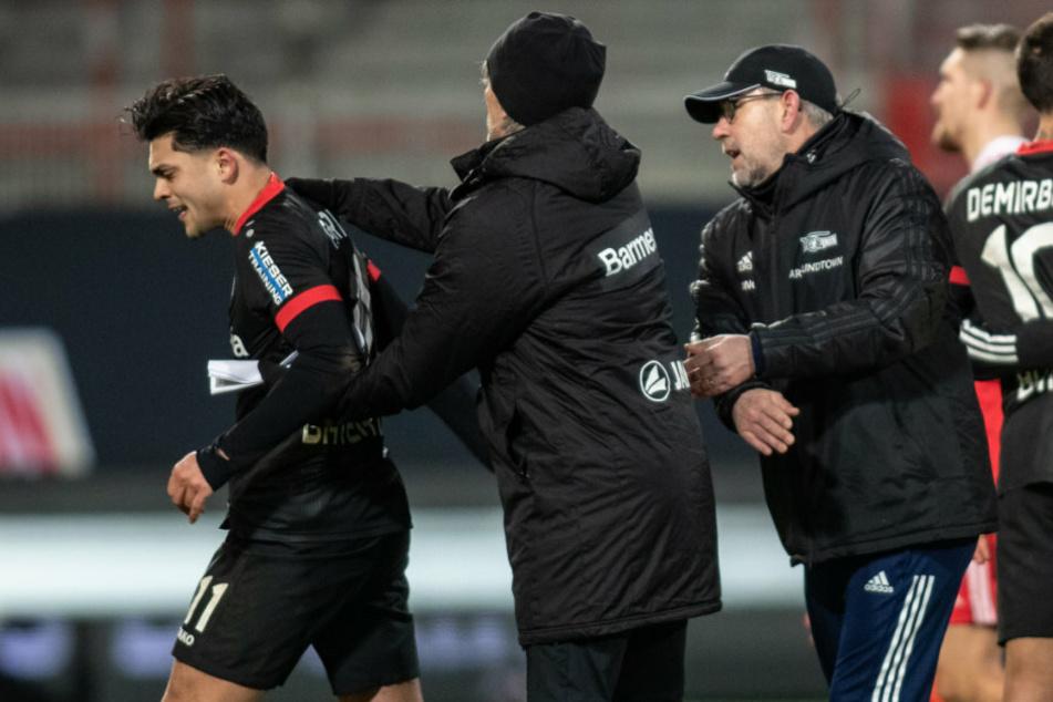 Nadiem Amiri (24, l.) von Bayer Leverkusen entfernt sich mit ernstem Blick von Trainer Urs Fischer (54, r.) von Union Berlin.