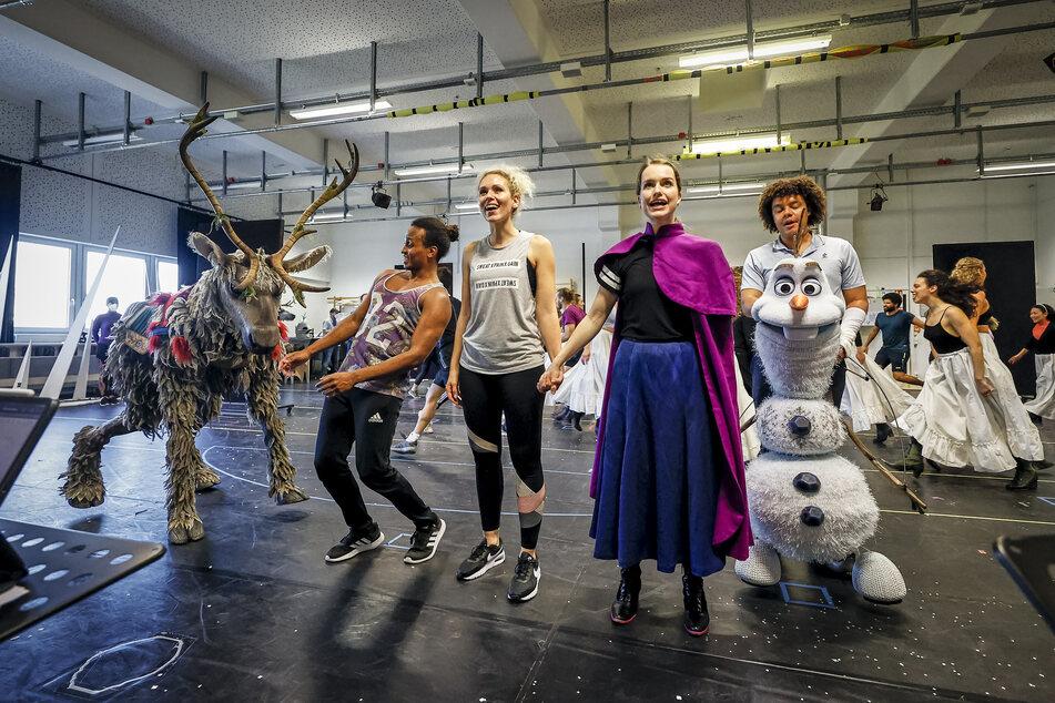 """Darsteller des Disney-Musicals """"Die Eiskönigin"""" proben für den Start der Produktion."""
