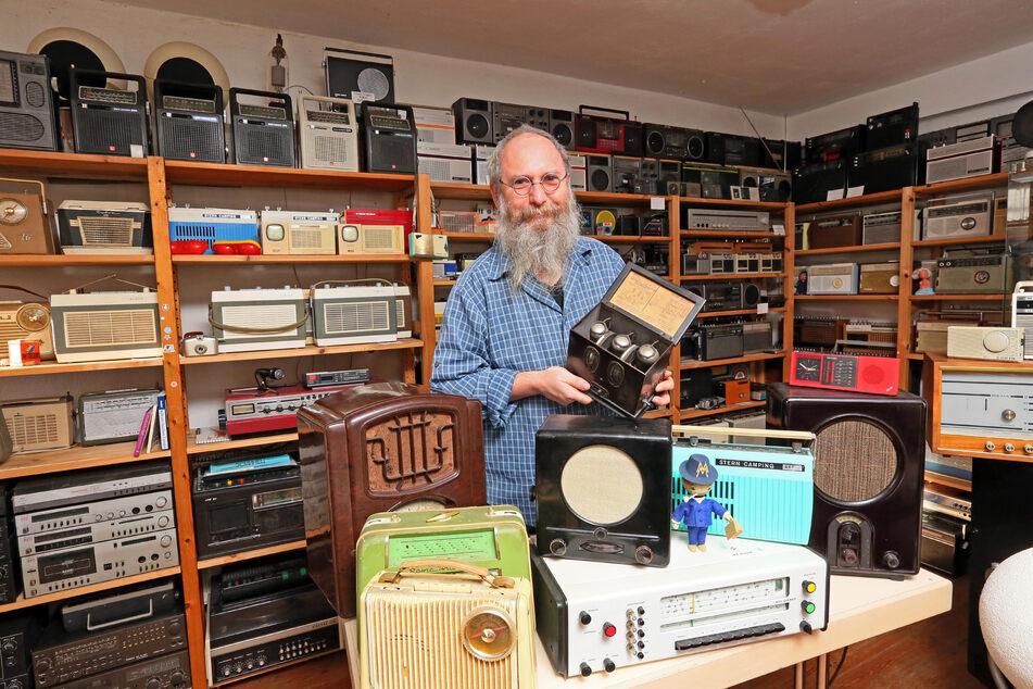 """Berthold Grenz ist Herr über mehr als 1000 Radios in der Mühle in Wildenfels. Er hat ein Faible für die Marke """"Heliradio""""."""