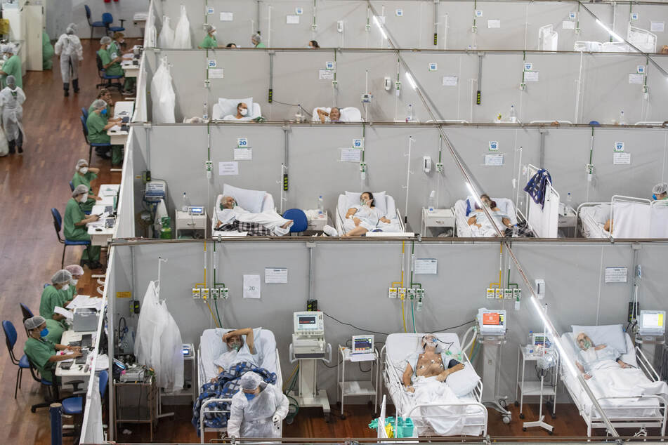 Covid-19-Patienten liegen in einem Feldlazarett in Santo Andre. Brasilien hat inmitten einer außer Kontrolle geratenen Corona-Pandemie einen neuen Tageshöchststand bei Neuinfektionen registriert.