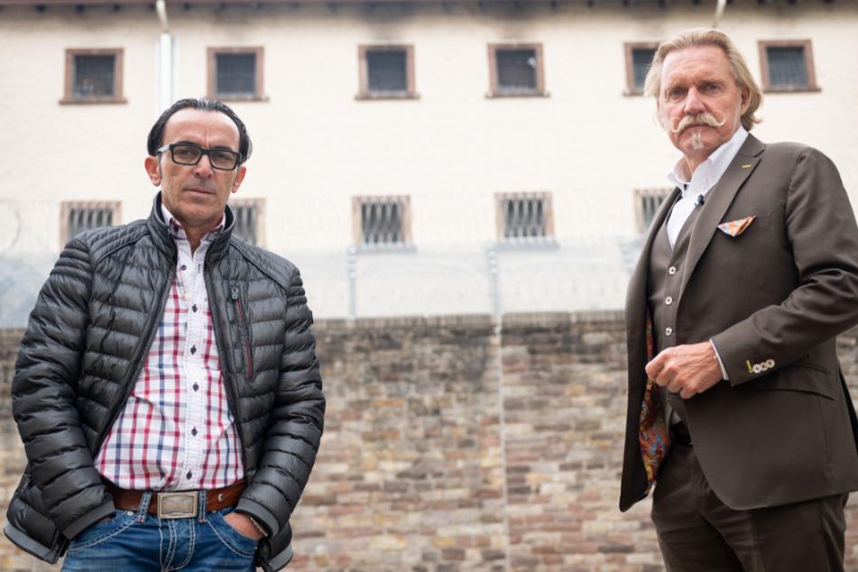 Buen Nuhiji (l) steht neben seinem Anwalt Ingo Lenßen vor der Außenstelle Villingen-Schwenningen der Justizvollzugsanstalt Rottweil.