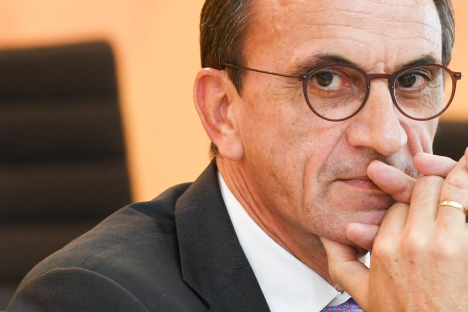 Das Foto aus dem Juni zeigt Michael Boddenberg (CDU, 61), den Finanzminister von Hessen.