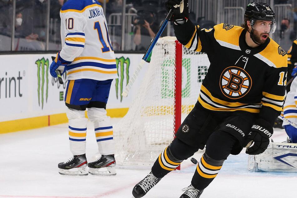 NHL: Bruins easily beat up the Sabres for their third-straight win thanks to Smith's hat trick
