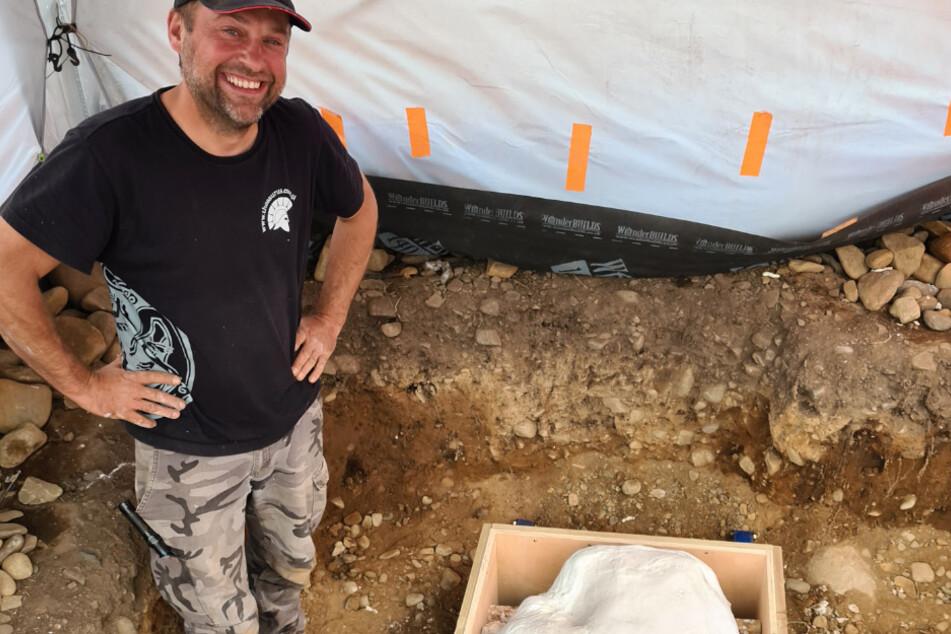 Mariusz Stepien steht an einer Ausgrabungsstätte neben Funden aus der Bronzezeit, die mit Hilfe eines Metalldetektors an der schottischen Grenze entdeckt wurden und verpackt in einer Kiste bereit stehen zum Transport in die Stadt.