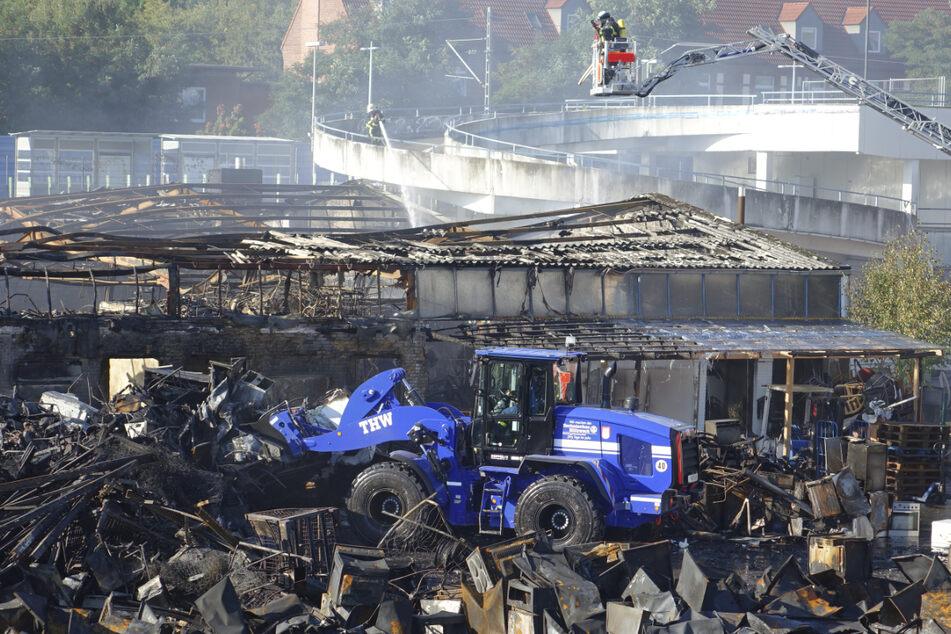 THW und Feuerwehr sind am Sonntagvormittag weiter im Einsatz an der Brandstelle.