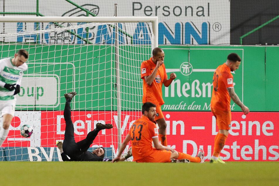 Martin Männel (2.v.l.) vom FC Erzgebirge Aue musste gegen die SpVgg Greuther Fürth mehrfach den Ball aus dem Netz fischen.