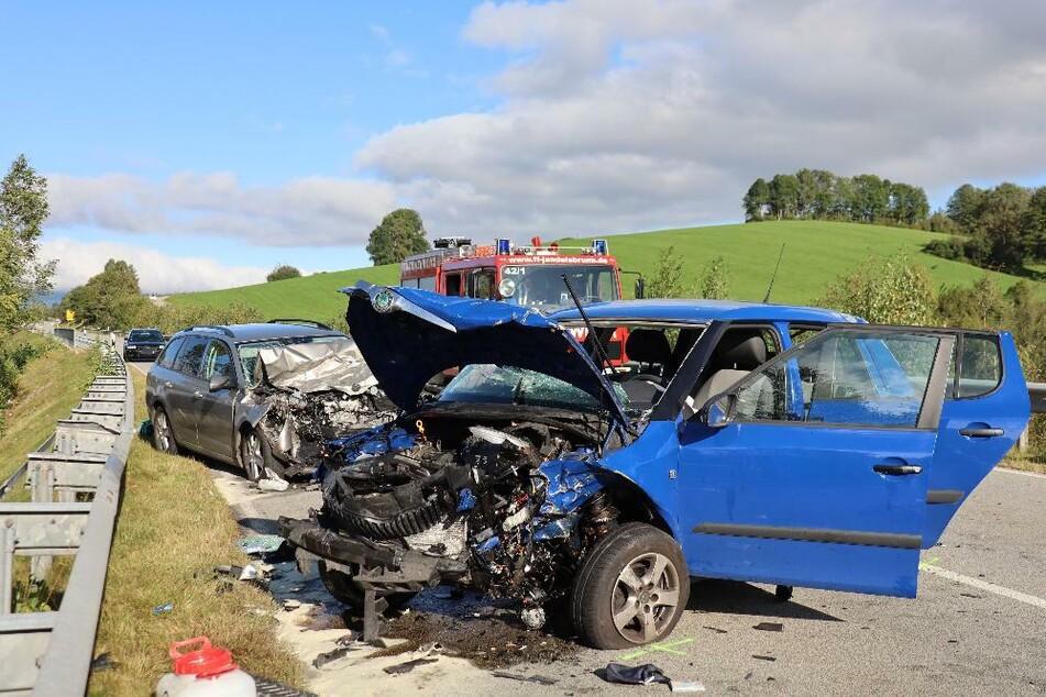 Nach ersten Erkenntnissen ist die Unfallverursacherin ins Bankett geraten und beim Gegensteuern in den Gegenverkehr geraten.