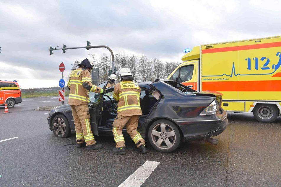 Die Feuerwehr musste das Unfallauto aufschneiden, damit der Senior schonen befreit werden konnte.