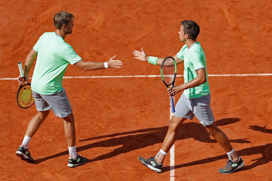 Kevin Krawietz (l) und Andreas Mies aus Deutschland klatschen sich in einem Turnier 2019 ab.