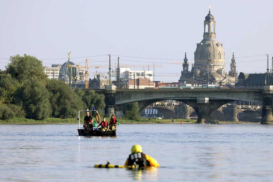 Derzeit suchen die Einsatzkräfte mit Hochdruck nach der Person in der Elbe.