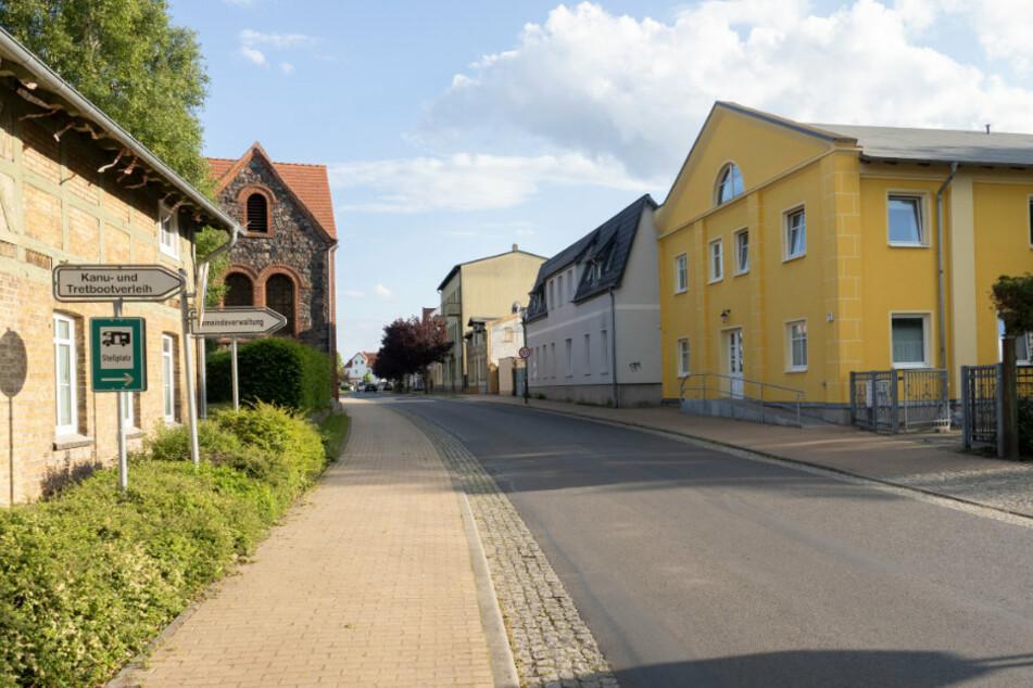 Finowfurt: Blick auf die Hauptstraße in dem Ort, einem Ortsteil der Gemeinde Schorfheide. In der brandenburgischen Gemeinde durchsuchten die Ermittler ein Haus und versiegelten es anschließend.