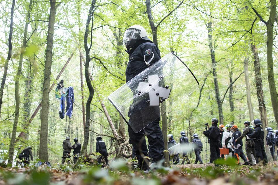 Polizisten hatten die Baumhäuser der Klimaschützer im Hambacher Forst im September 2018 geräumt. (Archivbild)