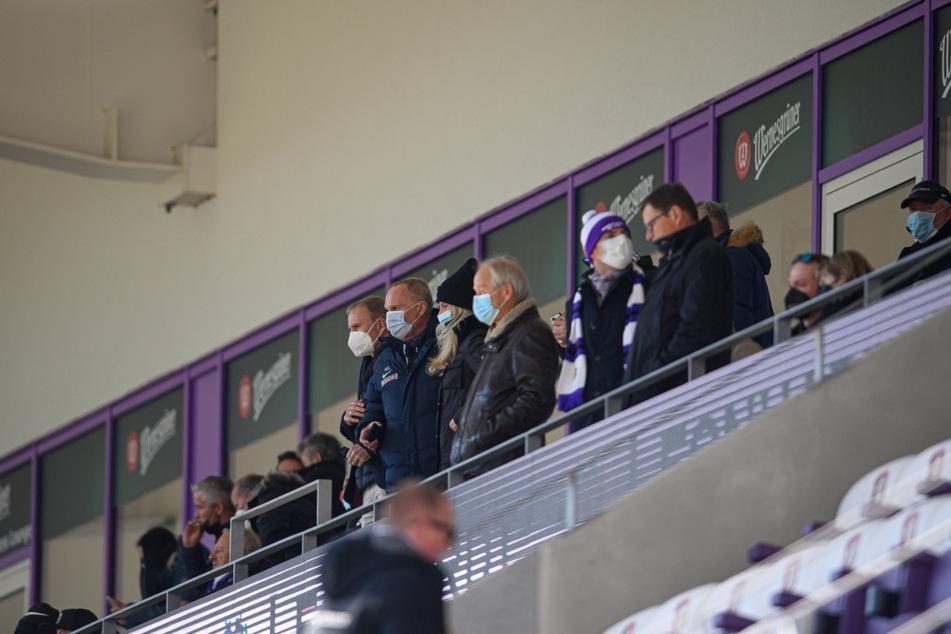 Aues Präsident Helge Leonhardt (62, 2.v.l.) und sein Bruder Uwe Leonhardt (l.) stehen beim Spiel gegen Hannover 96 inmitten von Gästen auf der Tribüne.