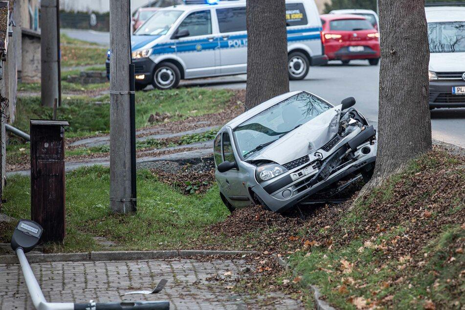 Ein Renault-Fahrer kam am Mittwochmorgen von einer Straße in Plauen ab. Er fuhr eine Laterne um und krachte anschließend gegen einen Baum.