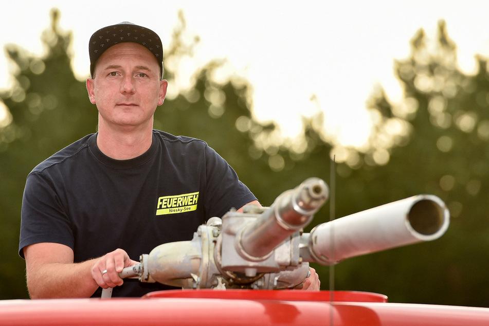 Stefan am Drücker: Sogar eine Löschkanone hat der Feuerwehr-Oldtimer noch auf dem Dach.