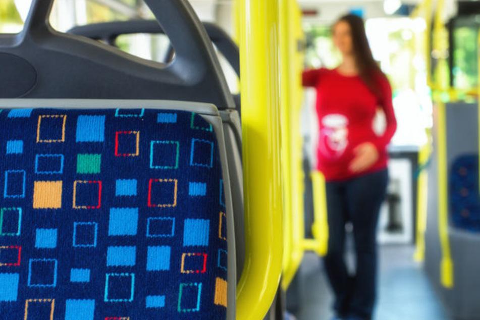 Schwangere Frau sucht Sitzplatz im Bus, die Reaktion eines Mannes ist völlig daneben