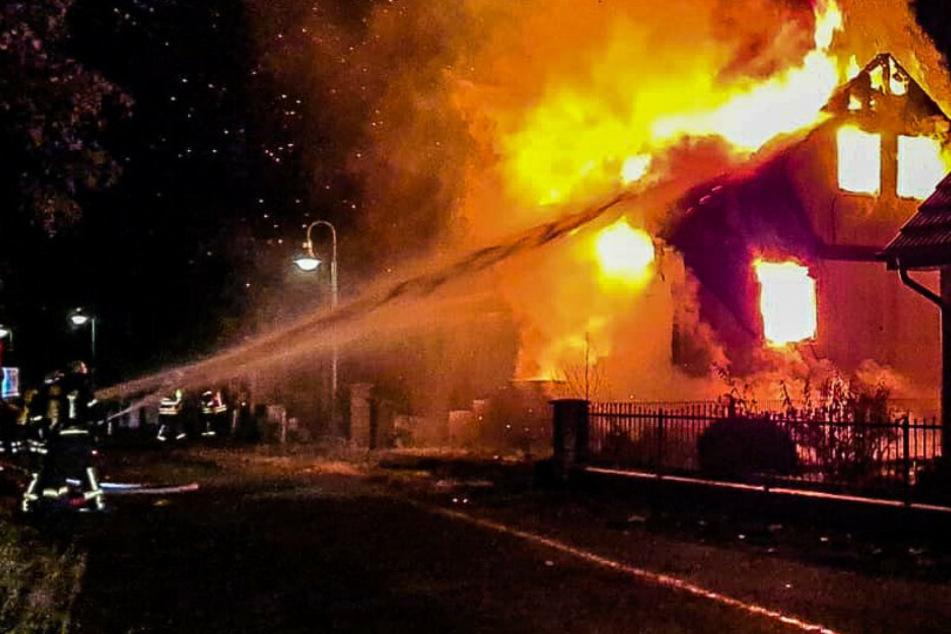 Die Feuerwehr kämpft gegen die Flammen.