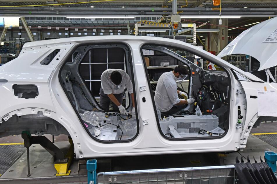 Eisenach: Mitarbeiter fertigen den Opel Grandland X im Opel-Werk.