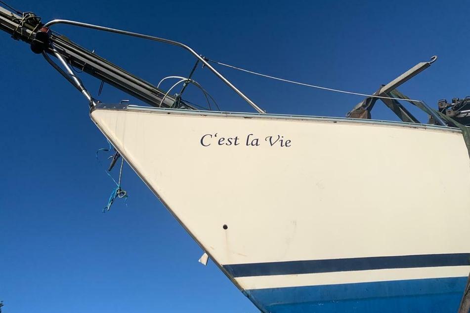 """Das französische Sprichwort """"C'est la vie"""" bedeutet auf Deutsch so viel wie """"So ist das Leben eben"""" - welch kurioser Zufall, dass das gekenterte Boot gerade diesen Namen trägt."""