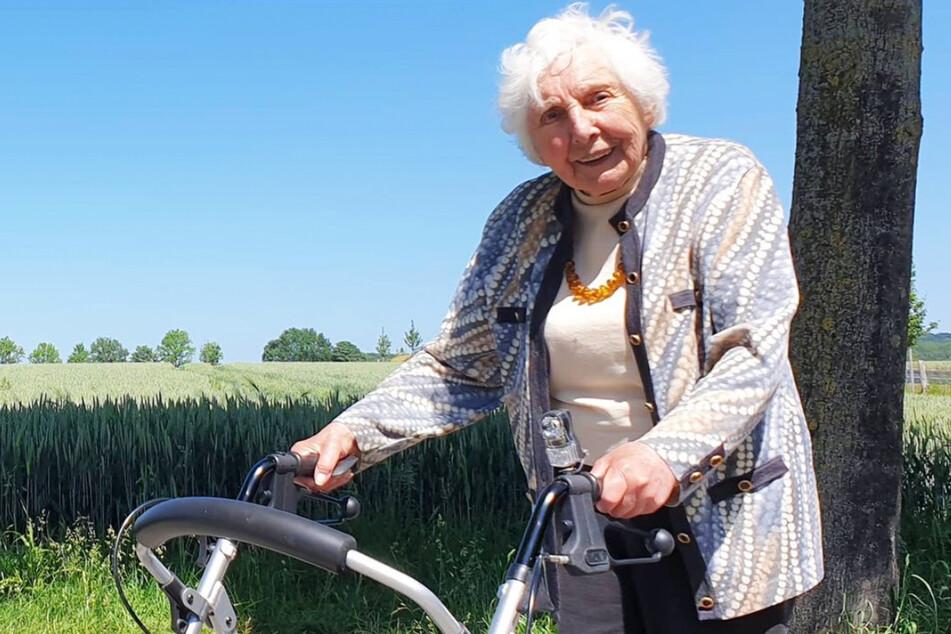 Marietheres Wübken (97) aus dem Münsterland läuft in einem Monat 100 Kilometer. Am heutigen Freitag knackt sie die Marke und sammelte so mehr als 58.000 Euro an Spenden.