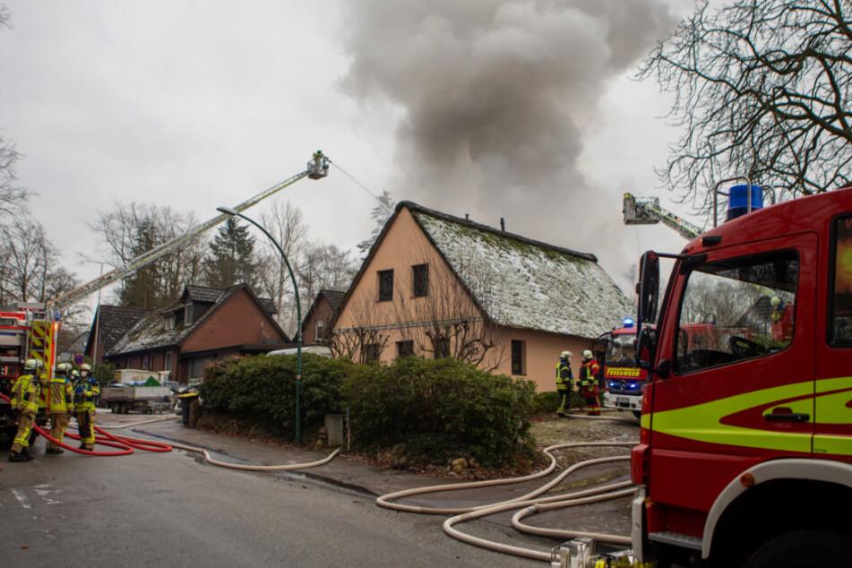 Großalarm bei Hamburg: Wohnhaus steht komplett in Flammen