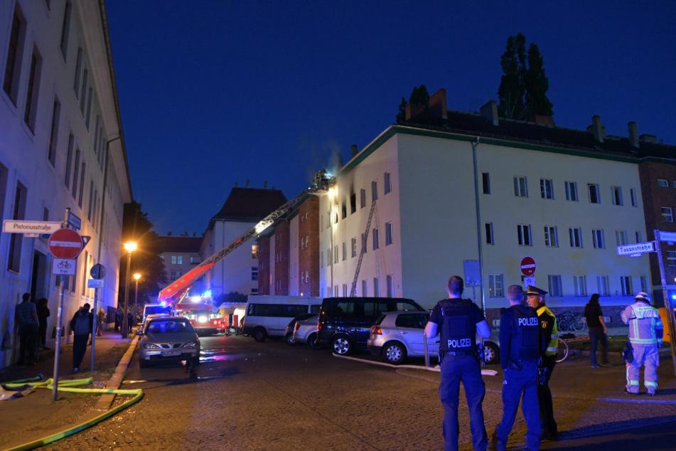 Wohnung steht in Flammen: Zwei Menschen mit Verdacht auf Rauchgasvergiftung in Klinik