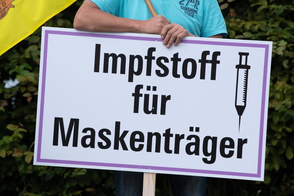 Plakate gegen die Corona-Regeln: Unter den Demonstranten sind aber auch Impfgegner und Verschwörungstheoretiker.