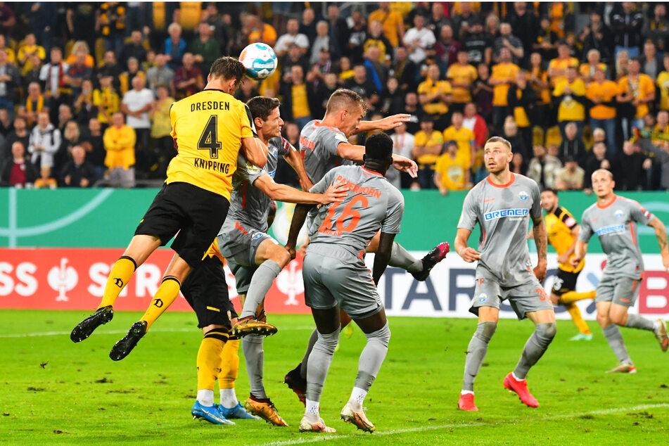 Schon wieder der Kapitän! Tim Knipping (l.) setzt sich nach einer Ecke durch und köpft zum zwischenzeitlichen 1:0 für Dynamo ein.