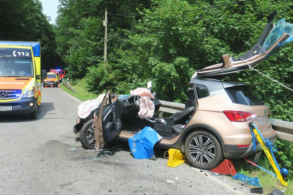 Die Fahrerin des Seat wurde bei dem Unfall schwer verletzt, die Beifahrerin wurde im Fahrzeug eingeklemmt.