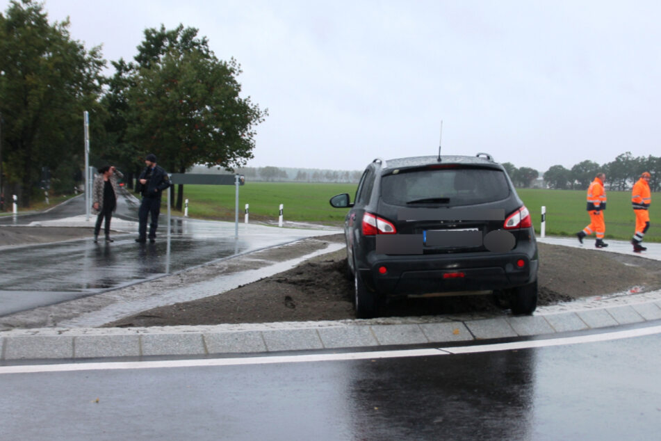 Der Wagen landete direkt auf der neuen Verkehrsinsel.