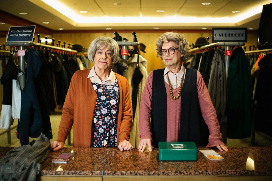 Das Comedy-Duo Badesalz, bestehend aus Gerd Knebel (l.) und Henni Nachtsheim (64), verkleidet als Garderoben-Damen für die Backstage-Safari der Frankfurter Jahrhunderthalle.
