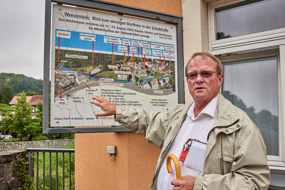 Bürgermeister a.D. Jörg Glöckner (59, CDU) gestern an einer Gedenktafel zur Flut 2002.