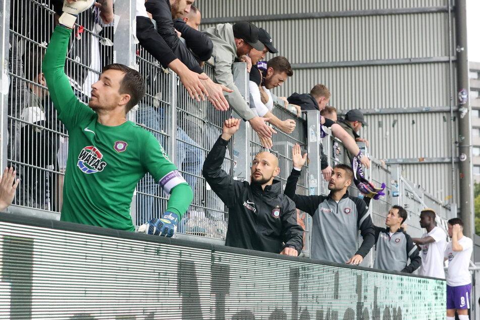 Martin Männel (33, vorn) und seine Mannschaftskollegen klatschten trotz der Niederlage mit den Fans ab.