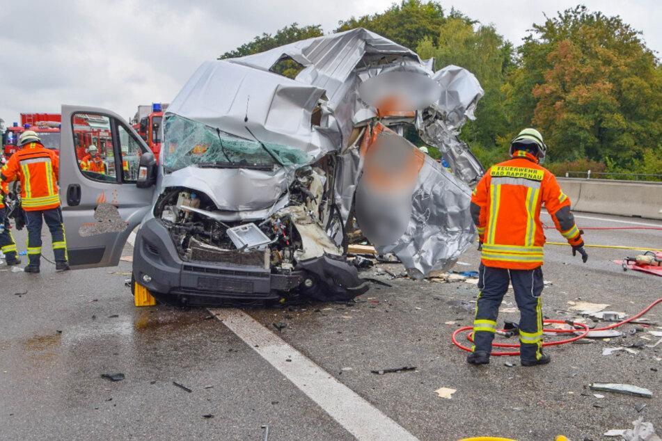 Lkw fährt auf Stauende auf und schiebt Sprinter komplett zusammen: Fahrer eingeklemmt