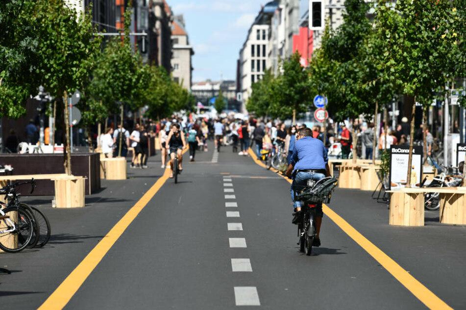 Die autofreie Friedrichstraße soll den Einzelhandel in der Corona-Krise ankurbeln. Die geplante Einweihungsfeier wurde aufgrund der am Samstag in Berlin stattfindenden Corona-Demo abgesagt.