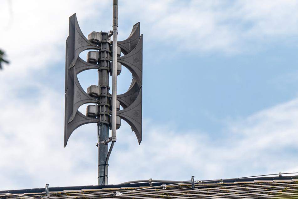 Eine elektronische Sirene auf dem Dach der Schule Altchemnitz. Diese Lautsprecher übertragen auch Warndurchsagen.
