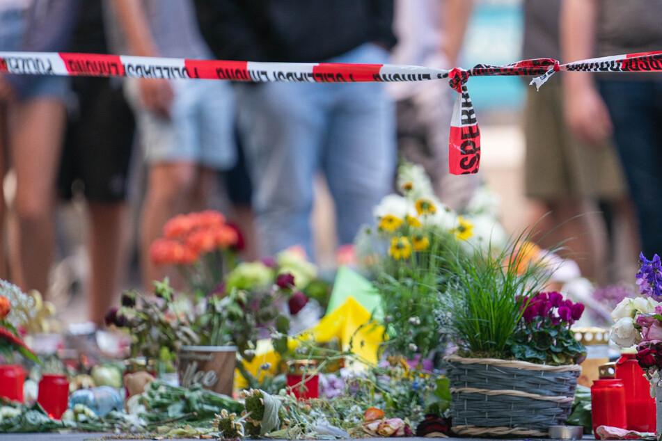 Zahlreichen Menschen legten Trauerkerzen und Blumen am Tatort in Würzburg ab. Drei Frauen wurden bei der Attacke am Freitag getötet.