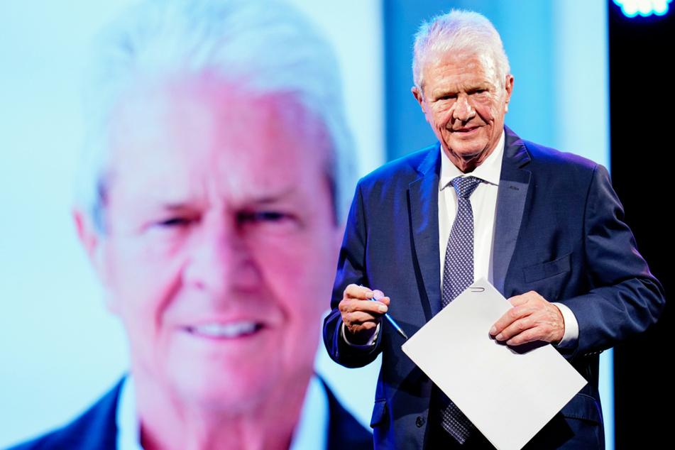 """Der Unternehmer und Mäzen Dietmar Hopp (80) steht bei der Verleihung des Karl Kübel Preises im Musiktheater Rex auf der Bühne. Der Fan-Club """"Sektion Kraichgau"""" hat die TSG 1899 Hoffenheim auf, die Vorkommnisse rund um das Skandal-Spiel gegen den FC Bayern aufzuklären."""