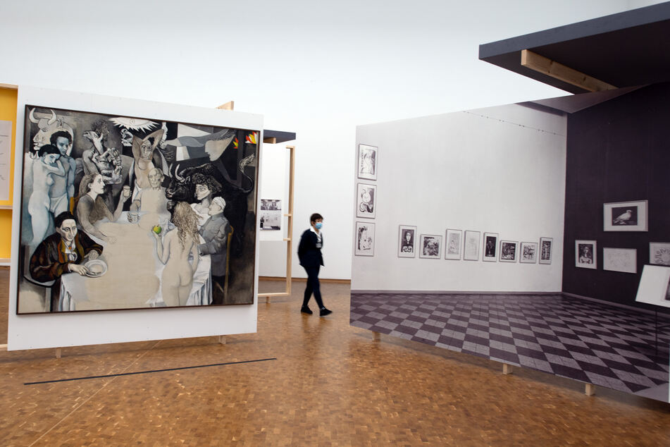 """Eine Frau geht im Museum Ludwig an dem Bild """"Totenmahl mit Picasso"""" von Renato Guttuso aus dem Jahr 1973 vorbei."""