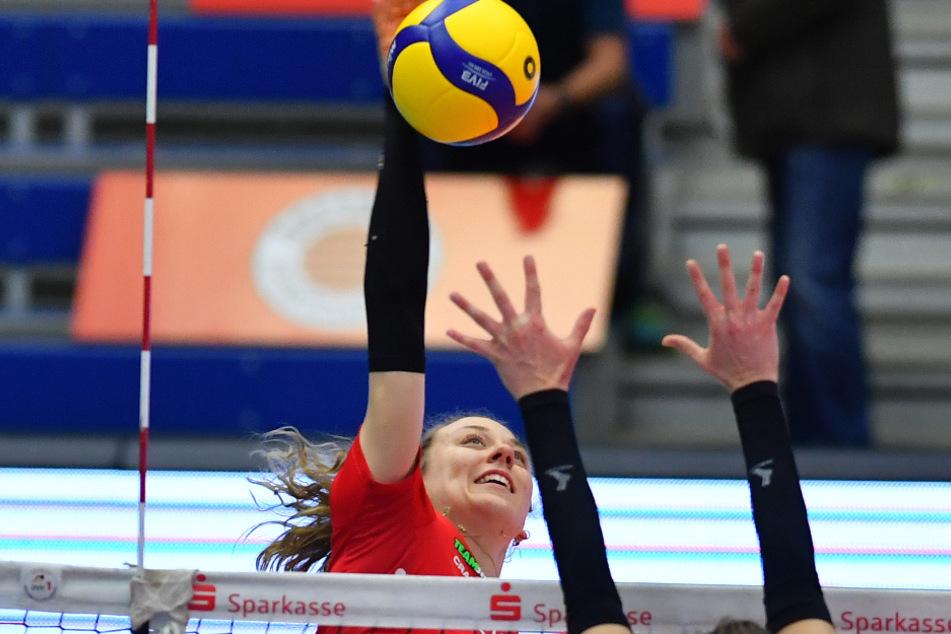 Von ganz oben: DSC-Topscorerin Maja Storck schlägt gegen Potsdams Brittany Abercrombie zu.
