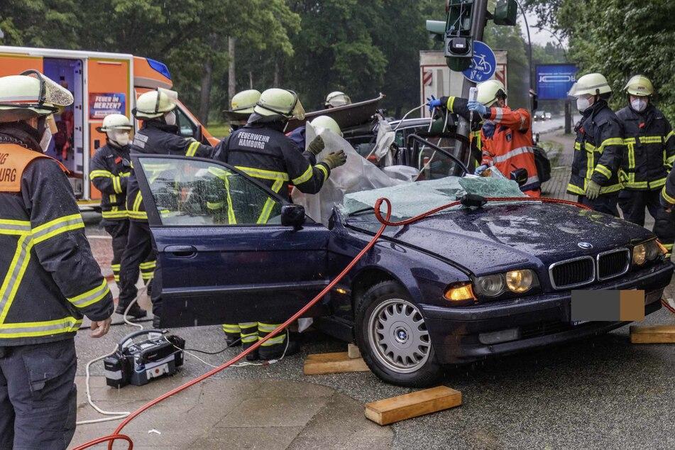 Der Fahrer musste von den Einsatzkräften aus dem Wrack befreit werden.