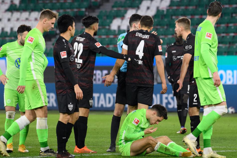 Viel los beim Schiedsrichter Florian Badstübner (29), mit dessen Leistung die VfB-Profis nicht einverstanden waren.