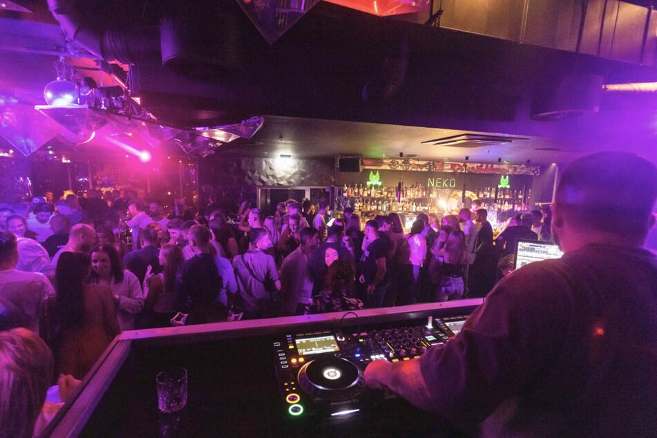 """Menschen tanzen im Club """"Neko"""" in Freiburg auf der Tanzfläche. Die Clubs im Land dürfen unter Einhaltung der entsprechenden Verordnungen ihre Türen wieder öffnen."""